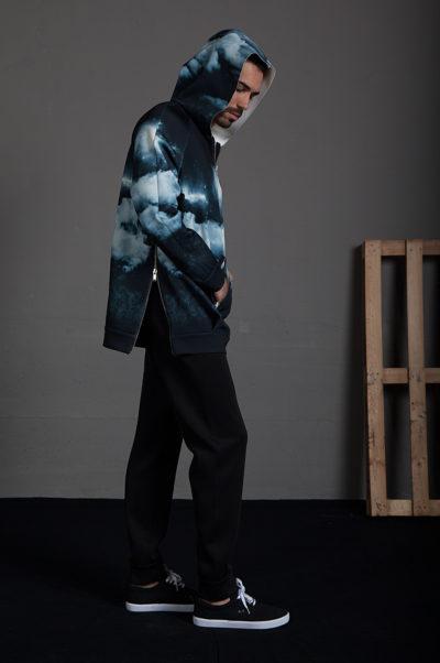 Sudadera estampada con capucha, bolsillo central y cremalleras laterales