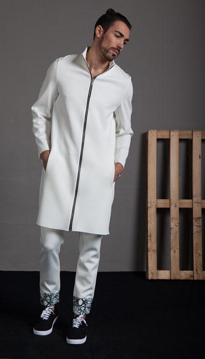 Pantalón blanco con detalle estampado en puño