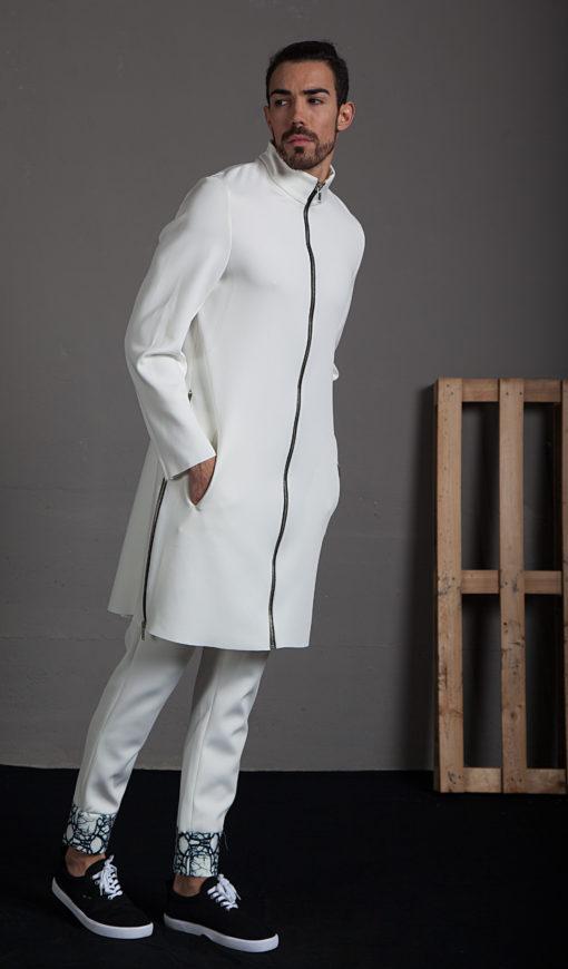 Abrigo cremalleras laterales y detalle de pliegue en espalda