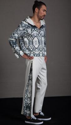 Pantalón con cremalleras laterales y detalle estampado