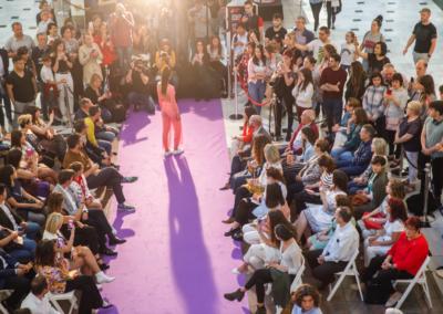 Posado espalda Violeta desfile Wine&Fashion
